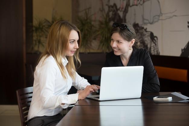 Mulheres de escritório amigas