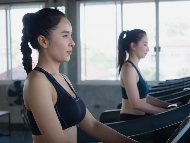 Mulheres de esportes no pé no ginásio, conceito de aptidão