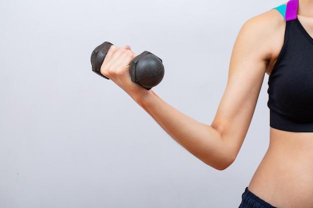 Mulheres de fitness, levantando e segurando halteres