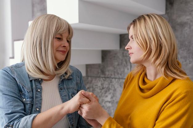 Mulheres de mãos dadas em sessão de terapia Foto gratuita