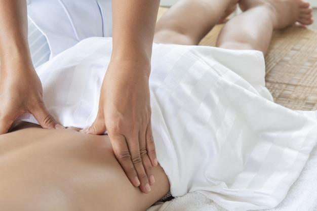Mulheres de medicina tradicional massagem terapêutica e tratamento. dores e músculos. dor