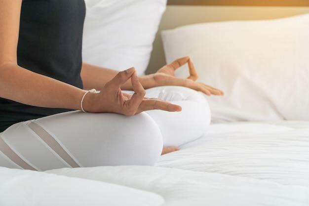 Mulheres de meia idade fazendo yoga no quarto de manhã,