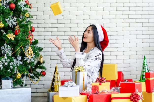 Mulheres de natal desfrutar com caixa de presente de natal