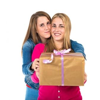 Mulheres de natal segurando presentes sobre fundo branco