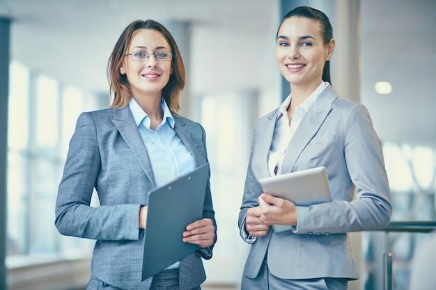 Mulheres de negócios à espera de seus colegas de trabalho