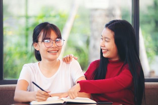Mulheres de negócios aconselham novos funcionários com um sorriso amigável.