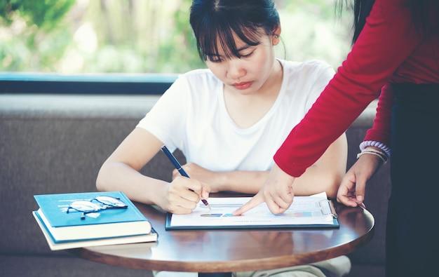 Mulheres de negócios aconselham novos funcionários.