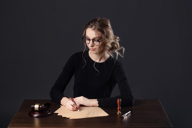 Mulheres de negócios advogado trabalhando e notário assinam os documentos no escritório. advogado consultor, justiça e direito, advogado, juiz do tribunal, conceito