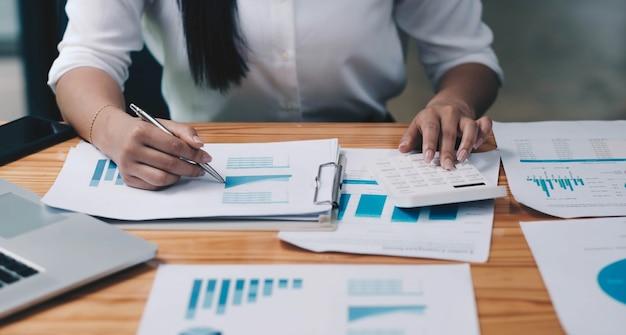 Mulheres de negócios analisando o gráfico de investimento e discutindo o plano na sala de reuniões, o conceito de investimento