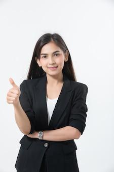 Mulheres de negócios asiáticos estão sorrindo e thump sinal de mão para trabalhar feliz e sucesso e ganhar