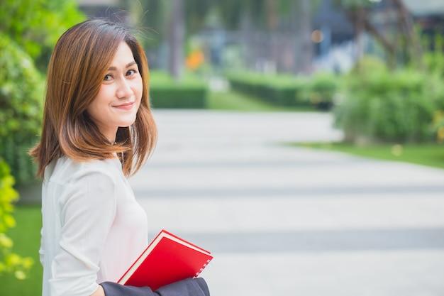 Mulheres de negócios asiáticos profissionais. as mulheres de funcionamento sorriem feliz apreciam o estilo de vida.
