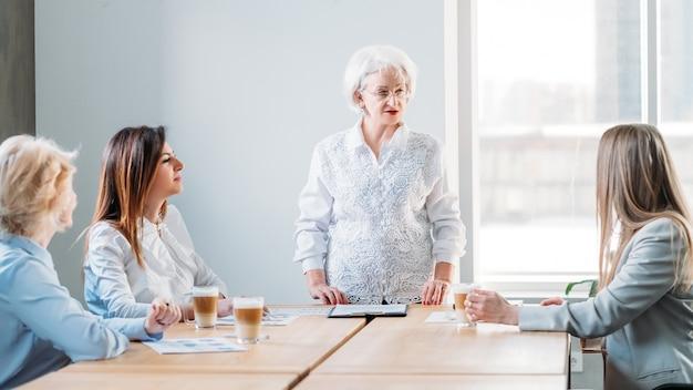 Mulheres de negócios bem-sucedidas. empresa feminina com poder