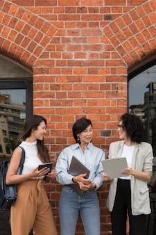 Mulheres de negócios bonitas trabalhando ao ar livre