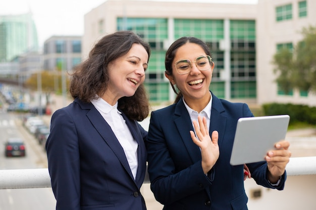 Mulheres de negócios com vídeo chat ao ar livre