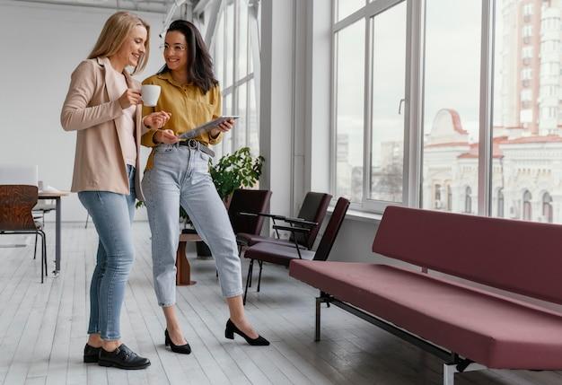 Mulheres de negócios conversando com espaço de cópia