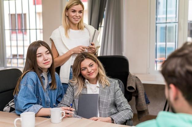 Mulheres de negócios conversando com um homem sobre um projeto de trabalho