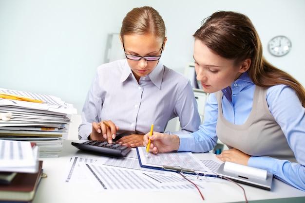 Mulheres de negócios da revisão de resultados