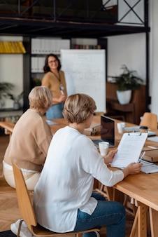 Mulheres de negócios de tiro médio discutindo