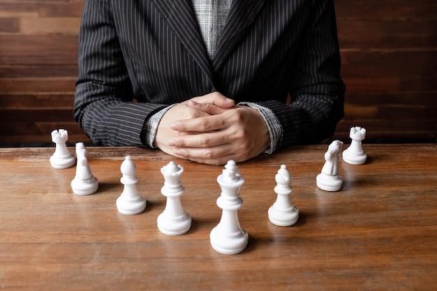 Mulheres de negócios e chesses com fundo de madeira desafiam o planejamento da estratégia de negócios para o sucesso