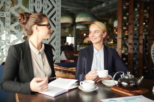 Mulheres de negócios em café