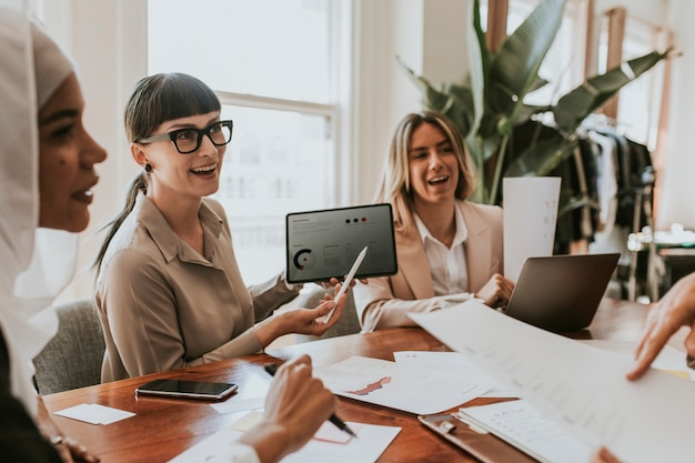 Mulheres de negócios em reunião de escritório