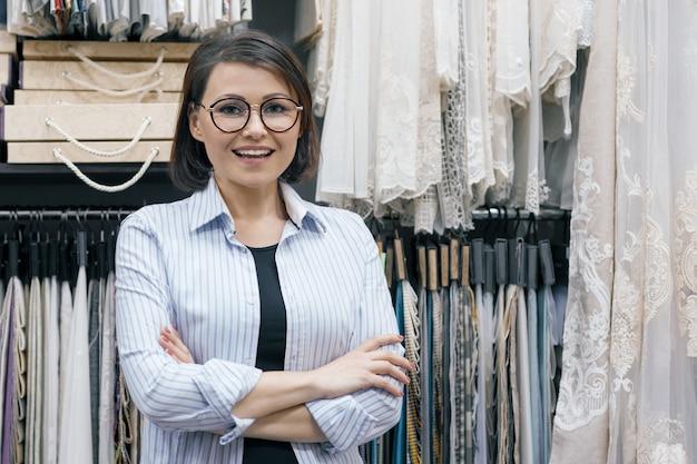 Mulheres de negócios em uma loja de tecidos