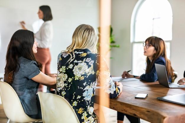 Mulheres de negócios em uma reunião de brainstorming