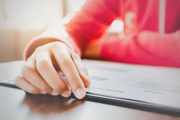 Mulheres de negócios estão lendo um resumo dos relatórios de desempenho