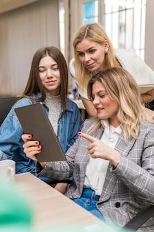 Mulheres de negócios falando sobre um projeto de trabalho