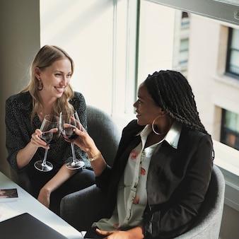 Mulheres de negócios felizes brindando no escritório