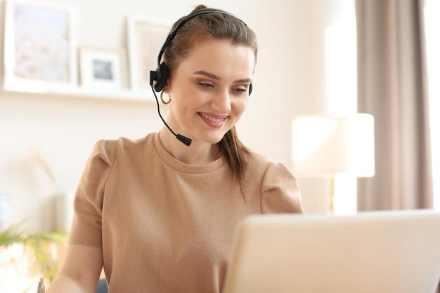 Mulheres de negócios freelance usando tablet trabalhando em videoconferência com cliente no local de trabalho em casa.