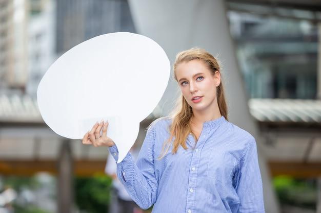 Mulheres de negócios, mantendo bandeira de cartão de texto emptry com copyspace