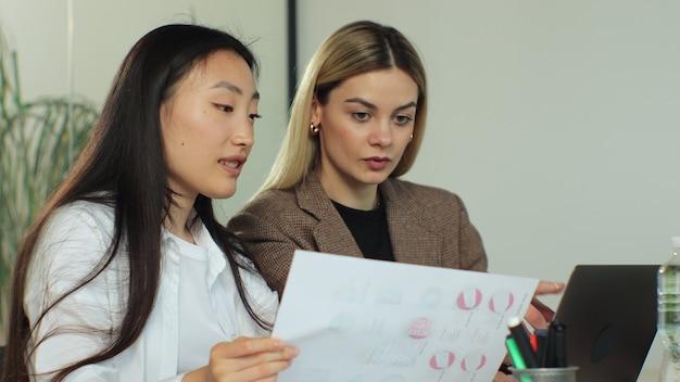 Mulheres de negócios modernas e criativas no escritório de reunião da equipe de inicialização com jovens empreendedores inovadores multirraciais discutindo planejamento de novas ideias e brainstorming