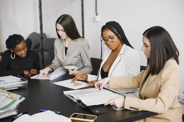 Mulheres de negócios multiculturais em reunião de grupo.