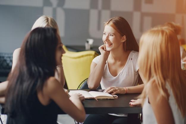 Mulheres de negócios no restaurante