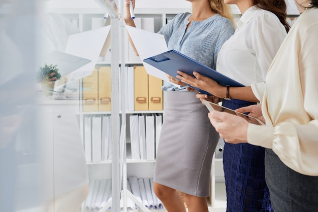 Mulheres de negócios, planejamento de trabalho
