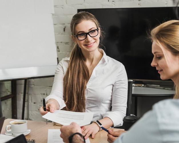 Mulheres de negócios profissionais discutindo estratégia de negócios durante uma reunião