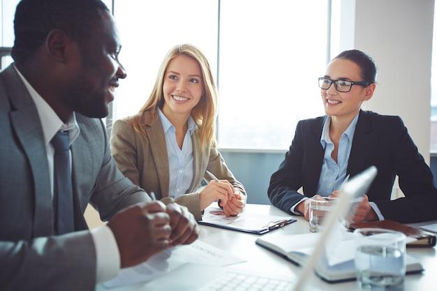 Mulheres de negócios que fazem uma entrevista