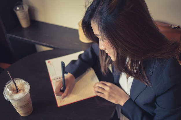 Mulheres de negócios, trabalhando a escrever no café
