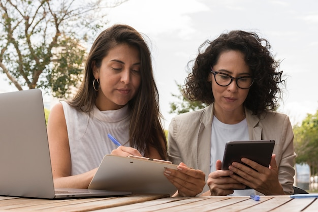 Mulheres de negócios, trabalhando ao ar livre