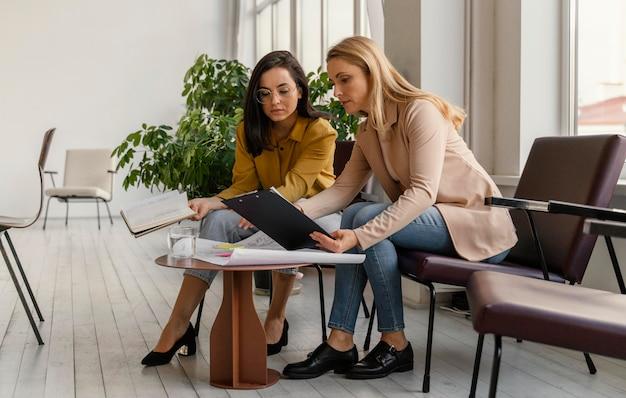 Mulheres de negócios trabalhando juntas em um projeto
