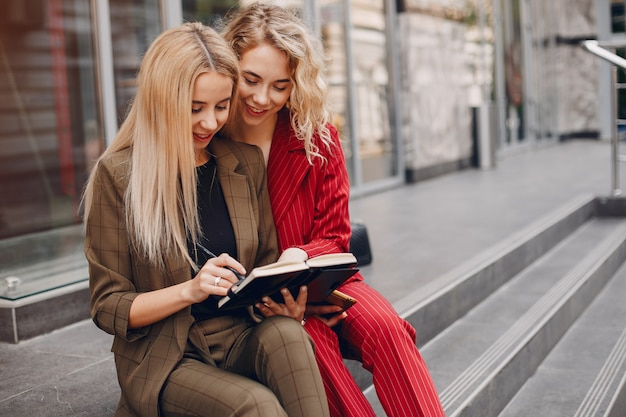 Mulheres de negócios trabalhando juntos escalones