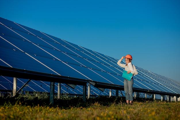 Mulheres de negócios trabalhando na verificação de equipamentos em usinas de energia solar com lista de verificação de tablets