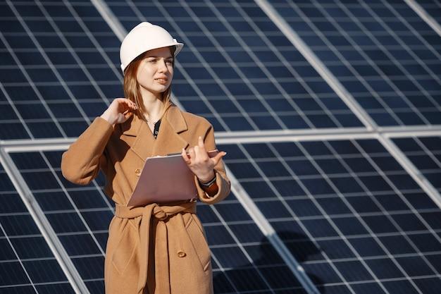 Mulheres de negócios trabalhando na verificação de equipamentos na usina solar. com a lista de verificação de tablet, mulher trabalhando ao ar livre em energia solar.