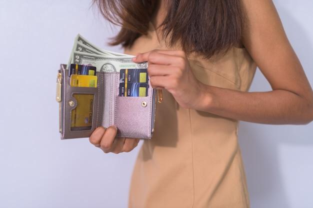 Mulheres de negócios usam cartões de crédito e dinheiro