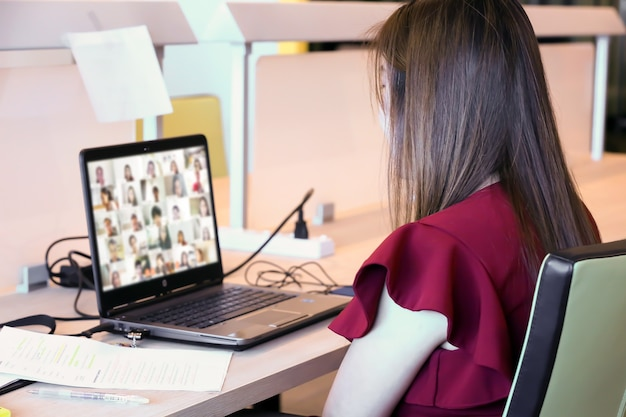 Mulheres de negócios usam laptop para reuniões online com programa de videochamada.