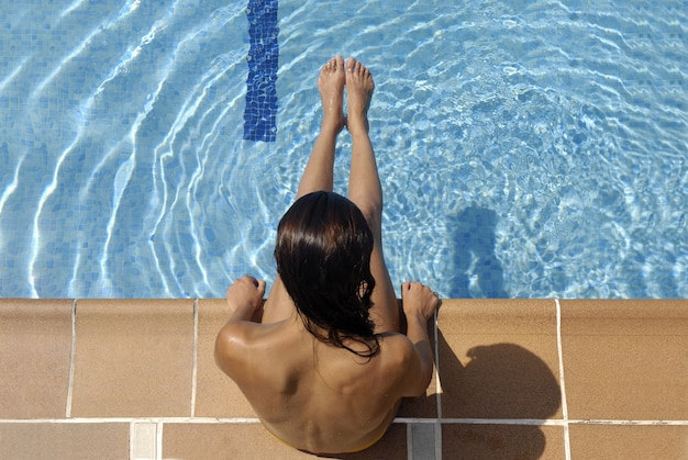 Mulheres de piscina desfrutando de um dia de verão
