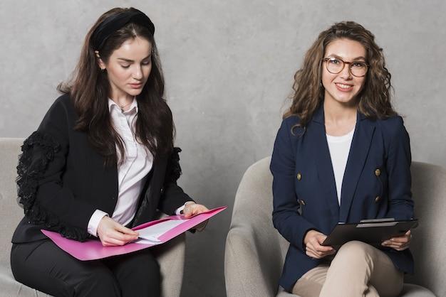 Mulheres de recursos humanos com contrato e currículo
