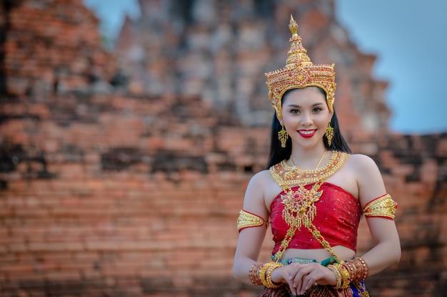 Mulheres de retrato em trajes tradicionais tailandeses