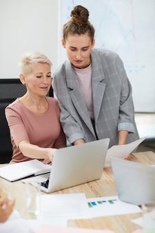 Mulheres de sucesso na reunião de negócios